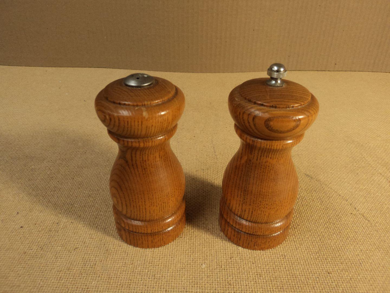 ch3616 121312-750d Cooks Club Salt-Pepper Shaker 2 1/2in D x 5 1/2in H Midtone Stain Set Of 2 Oak